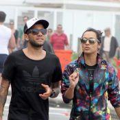 Daniel Alves caminha com a namorada, Thaíssa Carvalho, em praia do Rio