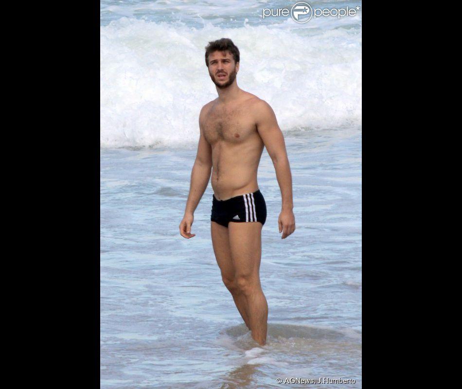 No ar na novela 'Em Família', Miguel Thiré exibe boa forma na praia do Leblon, no Rio (2 de junho de 2014)