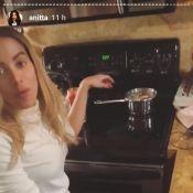 Anitta é zoada pelo marido, Thiago Magalhães, por cozinhar sentada: 'Joelho dói'