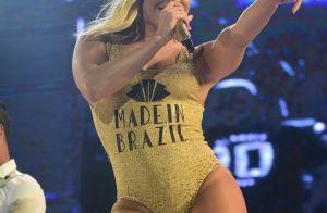 Claudia Leitte faz show só de maiô e deixa marquinha de biquíni à mostra em SP