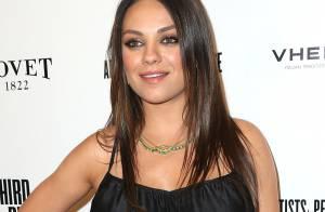 Grávida, Mila Kunis vai à pré-estreia de 'Third Person' com vestido soltinho