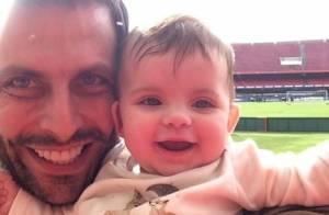 Henri Castelli leva a filha caçula a estádio de futebol: 'Aprendendo a torcer'