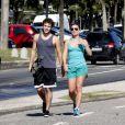 Jayme Matarazzo caminha com a namorada pela orla da Barra da Tijuca, na zona oeste do Rio de Janeiro, em 1º de fevereiro de 2013