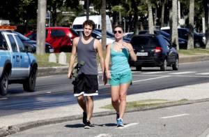 Jayme Matarazzo caminha com a namorada pela praia da Barra da Tijuca, no Rio