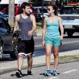 Jayme Matarazzo bate papo com a namorada na praia