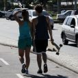 O casal passeia juntinho pela orla da praia