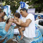 Eduardo Moscovis leva filhos para ver a mãe, Cynthia Howlett, rainha de bloco