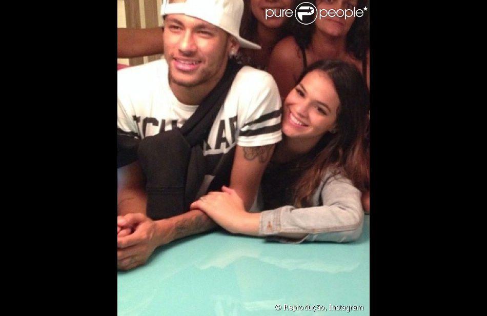 Bruna Marquezine e Neymar tiveram uma noite romântica no Hotel Santa Teresa e, na tarde desta quarta-feira (18), seguiram para uma festa na casa do zagueiro da seleção brasileira, Thiago Silva