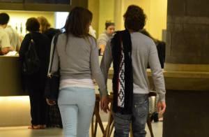 Cristiana Oliveira caminha de mãos dadas com Marcelo Horelha em shopping do Rio