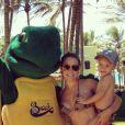 No colo da mãe, Davi Lucca passa dia em parque aquático no Ceará