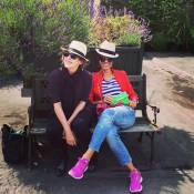 Bárbara Paz curte dias de folga com amiga na Inglaterra: 'Verão em London'
