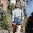 Miley Cyrus ajeita o short não se importando com a presença dos paparazzi