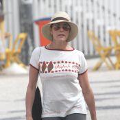 Christiane Torloni caminha sozinha na orla da Barra da Tijuca, no Rio de Janeiro