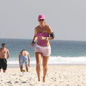 Aos 46 anos, Christine Fernandes exibe boa forma e se exercita em praia do Rio