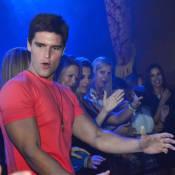 Jonatas Faro dança o 'Lepo Lepo' e é assediado por fãs em boate na Flórida, EUA