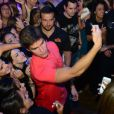 Jonatas Faro foi a estrela principal de uma festa no club The Groove, que fica dentro do complexo Universal Studios, na Flórida, Estados Unidos, na madrugada deste sábado, 19 de julho de 2014. Desinibido, o ator subiu no palco e dançou o 'Lepo Lepo', além de posar para selfies com fãs