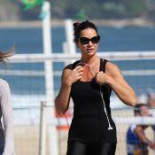 Luiza Brunet usa roupa de ginástica justinha e exibe boa forma em praia do Rio
