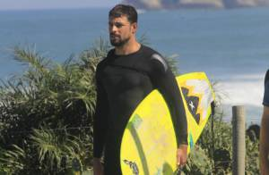 Cauã Reymond toma açaí, surfa e ganha beijo de fã em praia carioca