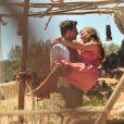 Cassiano (Henri Castelli) e Ester (Grazi Massafera) namoram desde a adolescência em 'Flor do Caribe'