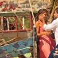Ester (Grazi Massafera) e Cassiano (Henri Castelli) trocam carinhos em cena de 'Flor do Caribe'