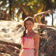 Ester (Grazi Massafera) ganha a vida levando turistas para passeios de bugue nas praias paradísiacas, em 'Flor do Caribe'