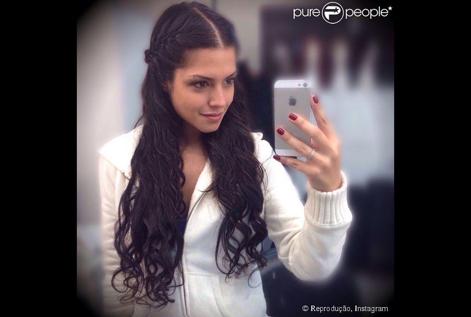 Thaís Fersoza mudou o visual nesta sexta-feira , 25 de julho de 2014. A atriz colocou apliques longos e cacheados e dividiu a foto com os fãs no Instagram