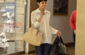 Sophie Charlotte posa sorridente com fãs durante compras em shopping do Rio