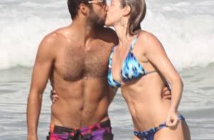 Luana Piovani e Pedro Scooby se beijam no mar em praia do Rio de Janeiro