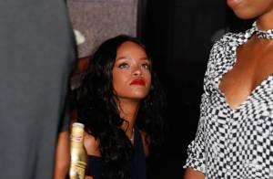 Rihanna posa agarrada com modelo para campanha de lançamento de seu perfume