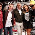 Claudia Leitte posa com os jurados do 'The Voice' e o apresentador Tiago Leifert