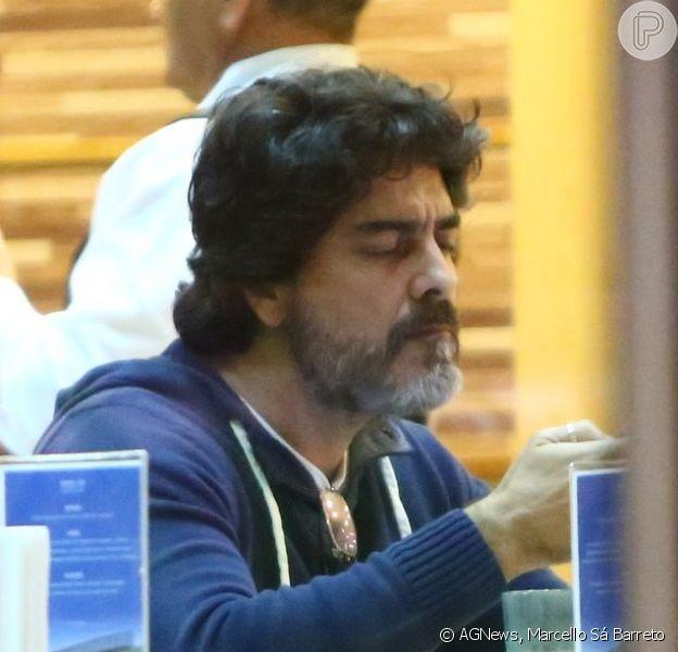 Junno Andrade vai a hospital onde mãe de Xuxa está internada e é visto jantando no local nesta terça-feira, 12 de agosto de 2014