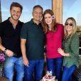 Marina Ruy Barbosa e Klebber Toledo reunidos com os pais da atriz no aniversário dela