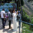 Kim Kardashian está grávida de quatro meses e já mostra a barriguinha durante passeio no Rio no fim de semana