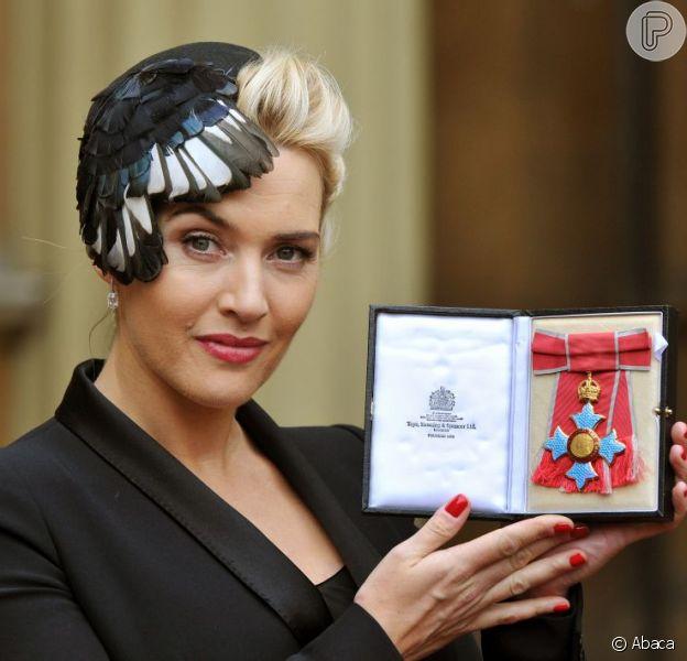 Kate Winslet recebe insígnia de Comandante da Ordem do Império Britânico, em 21 de novembro de 2012, em Londres