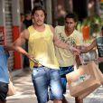 Robertão (Rômulo Neto) é assaltado depois de comprar roupas de grife com o dinheiro que recebeu de Téo (Paulo Betti), em 'Império'