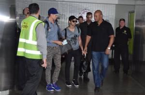 Com assédio de fãs, Joe Jonas é escoltado por seguranças ao chegar a São Paulo