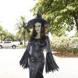 Juliana Paes pintou o rosto de verde e se vestiu de bruxa para subir no trio elétrico do bloco Favorita, no domingo (10)