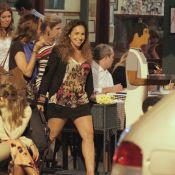 De minissaia, Daniela Mercury sai para jantar com a mulher, Malu Verçosa, no Rio