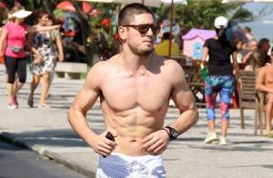 Daniel Rocha, de 'Império', mostra boa forma ao correr na orla da praia