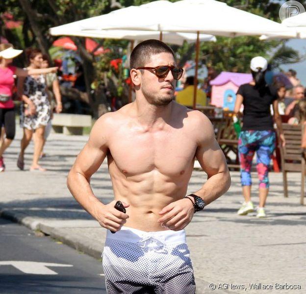 Daniel Rocha mostrou a boa forma ao correr na orla da Barra da Tijuca, na Zona Oeste do Rio de Janeiro, neste sábado, 23 de agosto de 2014
