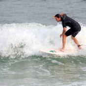 Vladimir Brichta leva o filho de Adriana Esteves para surfar em praia no Rio