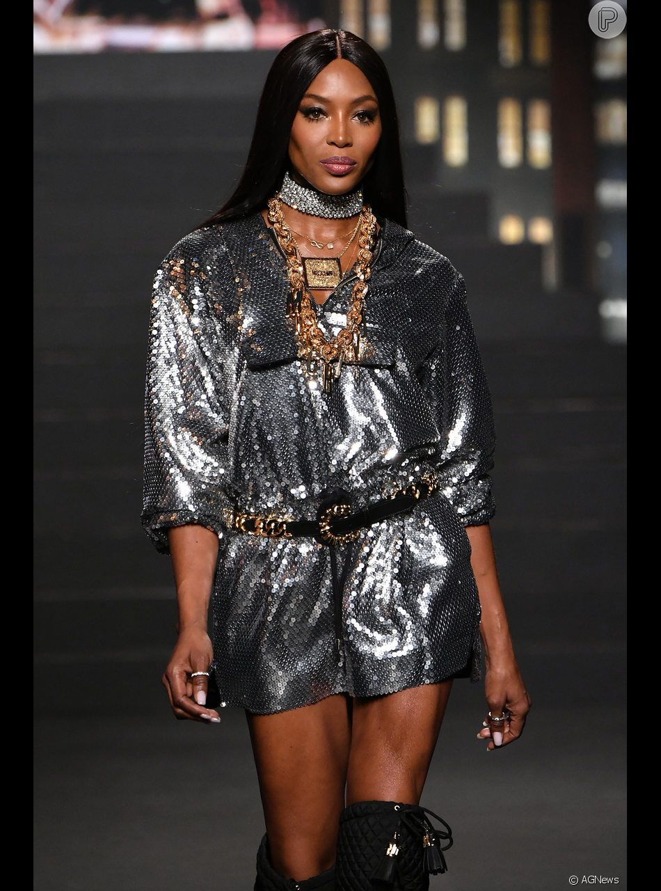Naomi Campbell surgiu nas passarelas da Moschino em Nova York com um vestido curto prateado
