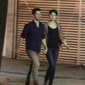 Sophie Charlotte e Daniel de Oliveira caminham de mãos dadas pelo Leblon, no RJ