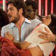 Rafael (Marco Pigossi) socorre Sandra (Boogie Oogie) logo após ela ser baleada, em 'Boogie Oogie', em 2 de setembro de 2014