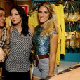 As atrizes Giovanna Ewbank e Juliana Knust se divertiram bastante durante evento de moda em um shopping carioca