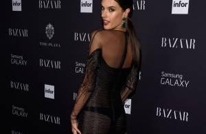 Alessandra Ambrosio deixa fio-dental à mostra em festa da Semana de Moda de NY
