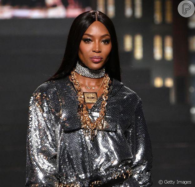 Brilho no look é tendência; aproveite as festas de fim de ano para se jogar! Naomi Campbell estrelou look brilhante no desfile da Moschino com H&M