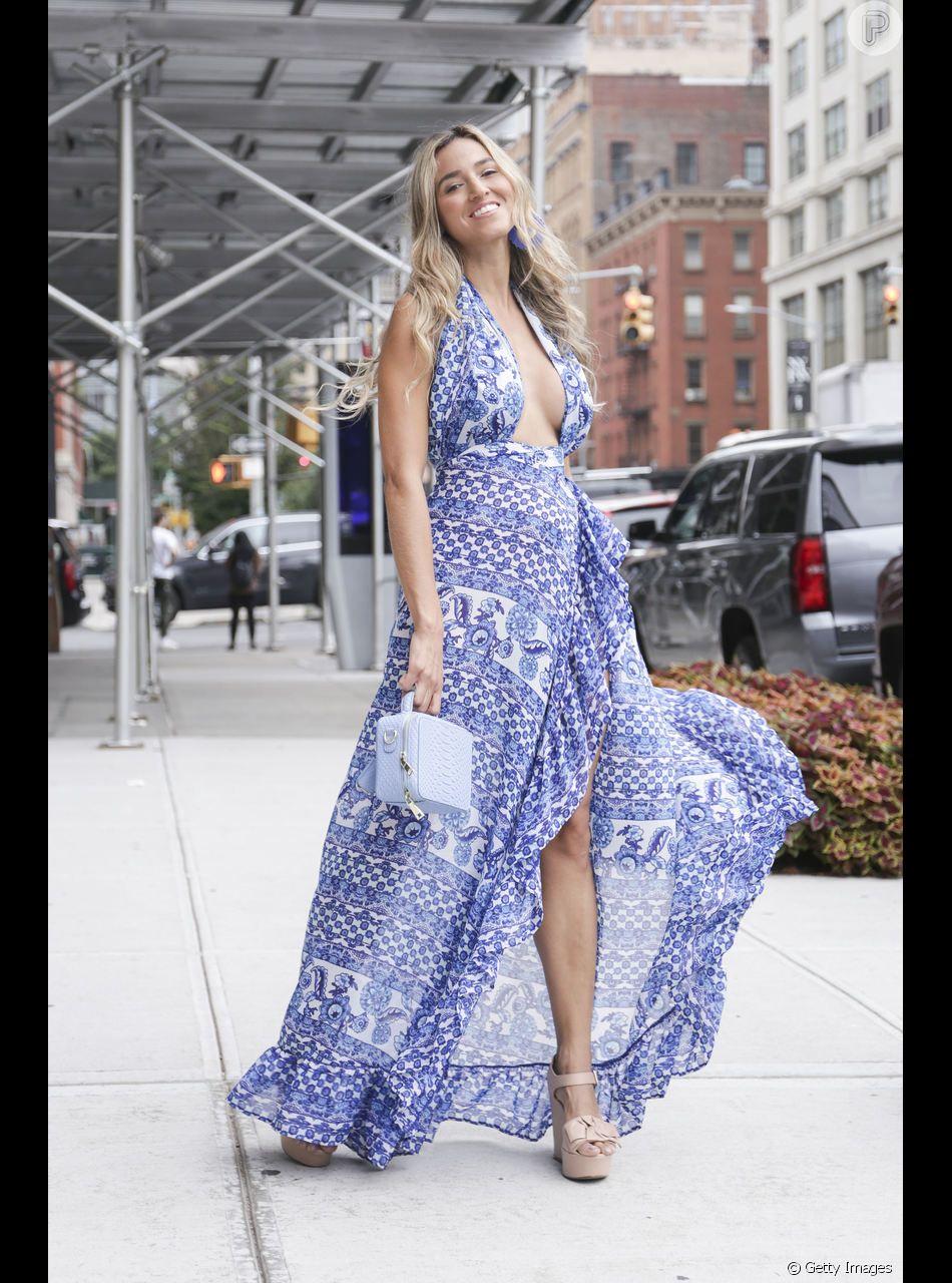 Vestidos florais têm tudo a ver com o clima de ano novo! Aposte em tons de lavanda e roxo, que são uma das cores do verão