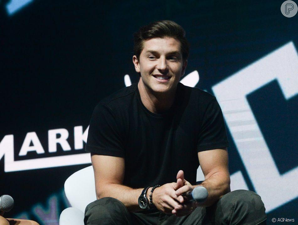 Klebber Toledo entregou a intensidade da parceria com Cauã Reymond nos bastidores da série 'Ilha de Ferro' em passagem pela Comic Con Experience, em São Paulo, nesta quinta-feira, 6 de dezembro de 2018