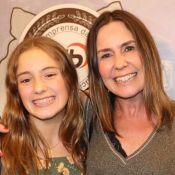 Iguais! Susana Naspolini leva filha à premiação e chama atenção por semelhança